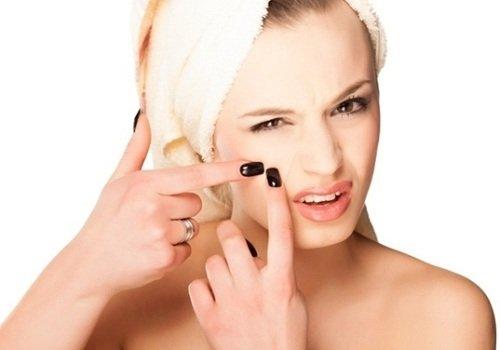 thói quen chạm tay vào da mặt gây mụn